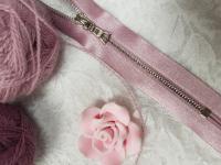 Молния riri атлас. никель,разъем., 1замок 4мм, 60см, тип подвески FLASH, цвет цепи Ni, цвет светло-сиреневый