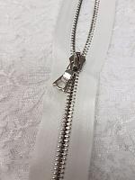 Молния riri атлас. никель,разъем., 1замок 4мм, 60см, тип подвески FLASH, цвет цепи Ni, цвет белый