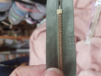 Молния RIRI металл. GO, 6 мм, 18 см, на атласной тесьме, неразъемн., тип подвески FLASH, цвет 5884 серо-зеленый
